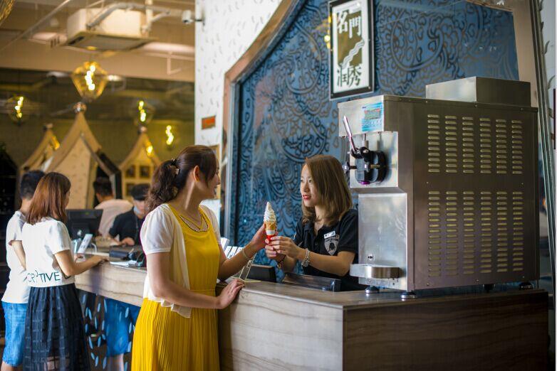 名门润秀理发店配备烟台冰雪丽人冰淇淋机啦